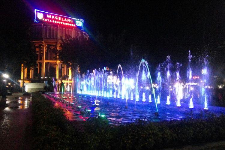 Air mancur menari (dancing water fountain) mulai dinyalakan pada pergantian tahun baru di alun-alun Kota Magelang, Minggu (31/12/17) malam.