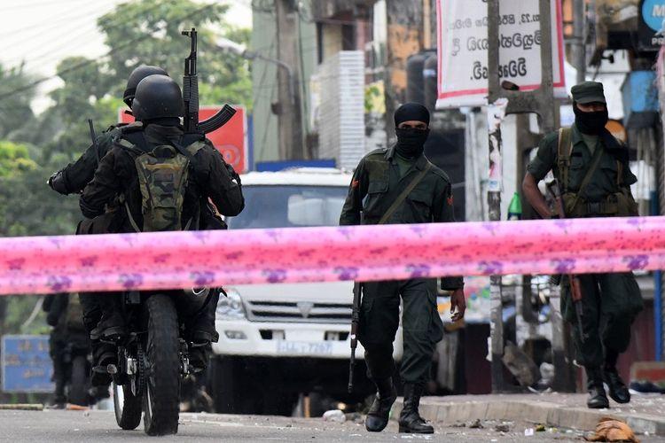 Petugas keamanan bersenjata lengkap terlihat berjaga-jaga di Minuwangoda, pascakerusuhan dan serangan massa pada Selasa (14/3/2019).