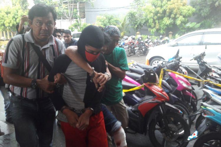 Dua pelaku pencurian 14 unit laptop di SMP Muhammadiyah 14 Koja ditangkap polisi pada Rabu (25/4/2018).