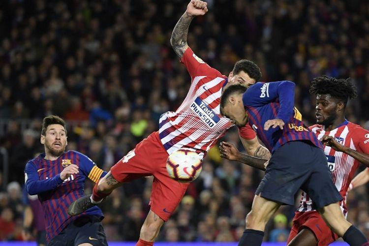 Lionel Messi, Rodri, Philippe Coutinho, dan Thomas Partey berebutan bola pada pertandingan Barcelona vs Atletico Madrid dalam lanjutan La Liga Spanyol di Stadion Camp Nou, 6 April 2019.