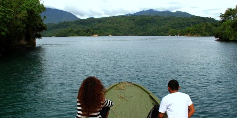 Haluan perahu bermesin tempel mengarahkan tujuan menuju kampung-kampung di Pulau Lembeh yang menyimpan potensi wisata bahari yang tidak kalah indah dan berbiaya murah.
