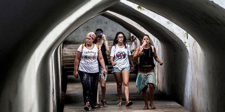 Wisatawan asing menyusuri lorong bawah tanah di kompleks Istana Air Taman Sari, Yogyakarta, Jumat (5/8/2016).