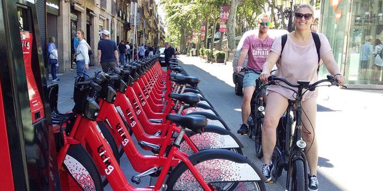 Wisatawan bersepeda di kawasan La Rambla, Barcelona, Spanyol.