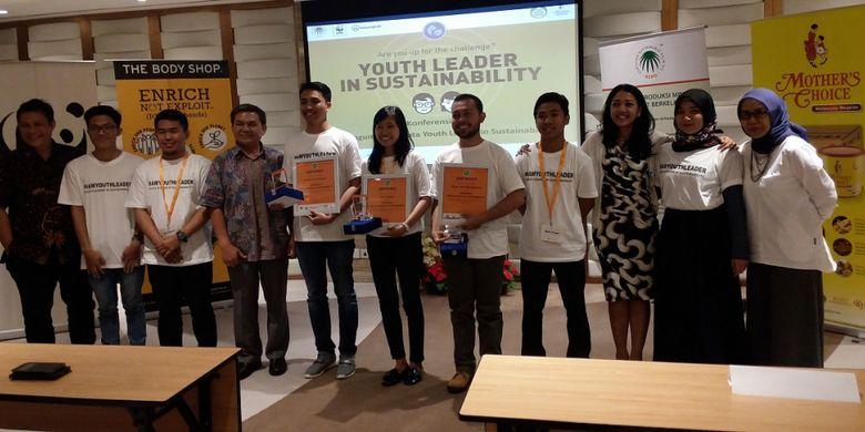 Para peserta Youth Leader in Sustainability berfoto bersama dewan juri setelah pengumuman pemenang, Selasa (20/6/2017) di Jakarta Pusat.