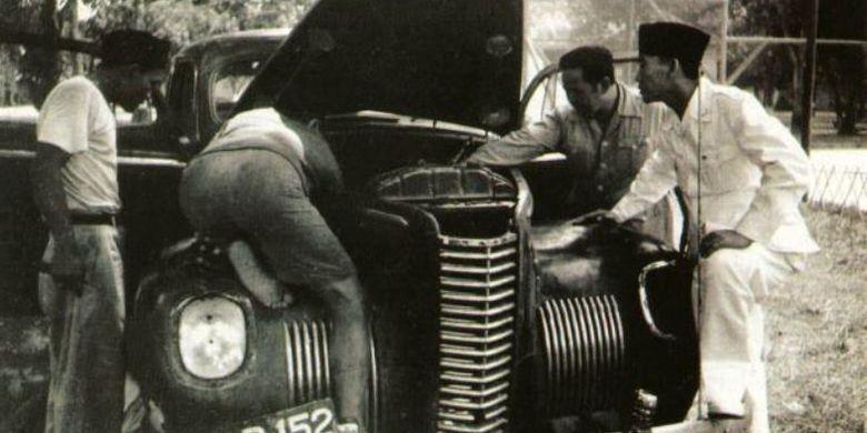 Foto Bung Karno ketika mengamati mobil yang ditumpanginya mogok. Foto ini beredar di dunia maya.