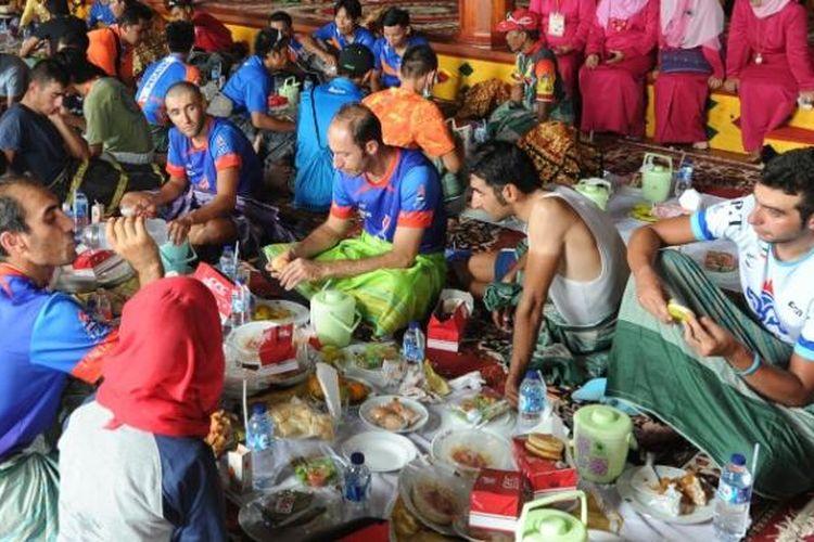 Para pebalap peserta Tour de Singkarak mengikuti tradisi makan bajamba di di Istano Basa Pagaruyung, Tanah Datar, Kamis (8/10/2015).