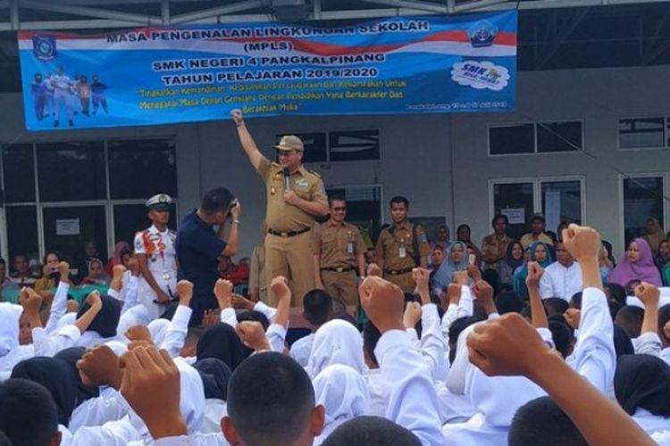Gubernur Kepulauan Bangka Belitung, Erzaldi Rosman Djohan saat memotivasi siswa-siswi untuk lebih giat belajar dan disiplin di SMKN 04 Kelautan dan Perikanan Pangkalpinang, Senin (15/7/2019).