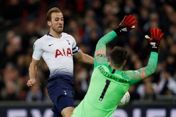 Harry Kane coba menaklukkan Kepa Arrizabalaga pada laga Tottenham Hotspur vs Chelsea di Stadion Wembley dalam semifinal pertama Piala Liga Inggris, 8 Januari 2019.