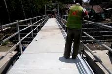 Jembatan Ambruk, Warga di Maluku Tandu Jenazah Lewati Tanah Berlumpur hingga Seberangi Sungai