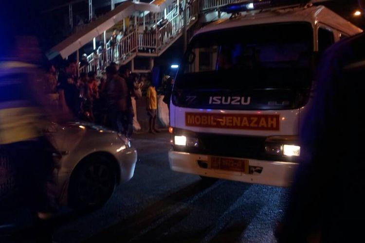 Mobil ambulans tiba di lokasi Kampung Melayu, Jakarta Timur, Rabu (24/5/2017).