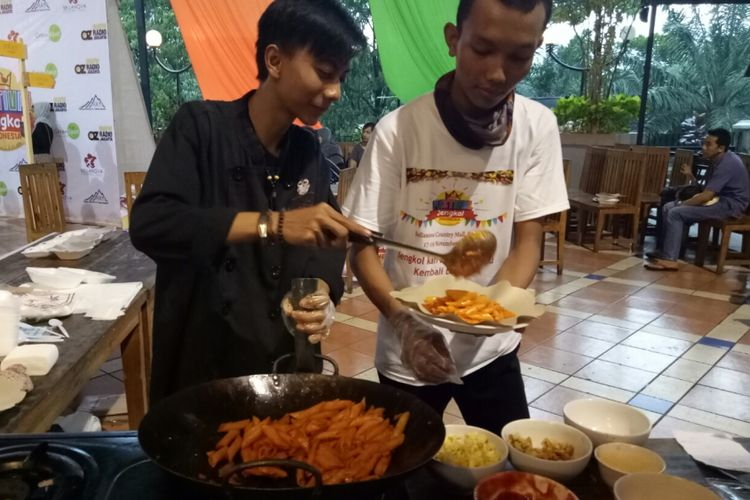 Memasak pasta jengkol, menjadi salah satu menu yang laris dalam Festival Jengkol Indonesia, di Bellanova Mall, Bogor, 17-19 November 2017