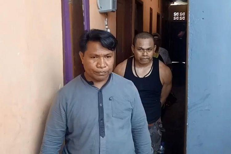 Seorang Pegawai Negeri Sipil (PNS) di Kabupaten Muna, Sulawesi Tenggara, berinisial LS atau UD (baju hitam) ditangkap Satuan Narkoba Polres Muna dan BNN Muna.  Oknum PNS terpaksa dilumpuhkan dengan tembakan peluru karet  karena melawan petugas dengan senjata tajam dan melarikan diri saat hendak ditangkap.