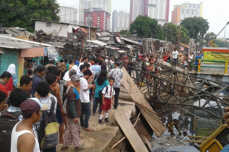 Crane menimpa rumah warga di Kebon Kosong, Kemayoran, Jakarta Pusat, Kamis (6/12/2018).