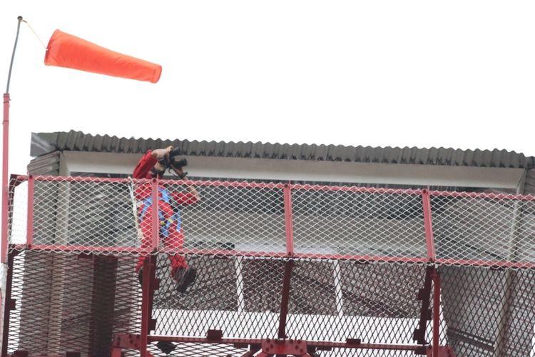 Petugas pemadam kebakaran Asia Pulp and Paper Sinar Mas memantau titik-titik api melalui menara api, di Kabupaten Ogan Komering Ilir (OKI), Sumatera Selatan, Kamis (9/3/2017). Kegiatan ini digelar bertujuan untuk menyiapkan regu pemadam kebakaran APP Sinarmas terhadap ancaman kebakaran hutan dan lahan pada musim kemarau tahun ini.