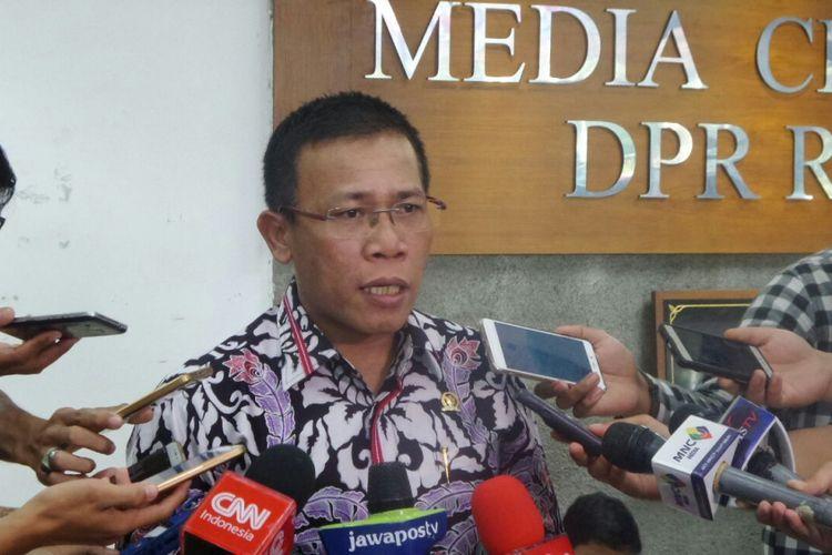 Politisi PDI-P Masinton Pasaribu saat berada di Kompleks Parlemen, Senayan, Jakarta, Rabu (23/8/2017).