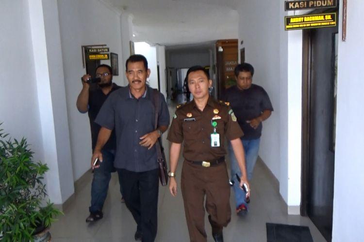 Terpidana Wakil Ketua DPRD Kabupaten Madiun, Hari Puryadi (kiri) digiring ke Lapas Kelas II Madiun untuk menjalani masa hukuman setelah diputus bersalah menganiaya seorang perempuan, Selasa (17/4 /2018).