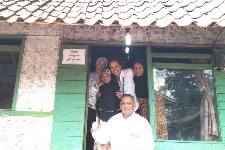 Menteri BUMN Rini Soemarno dan Direktur Utama Sofyan Basyir ketika mengunjungi salah satu rumah yang baru saja diberi sambungan listrik gratis di Desa Cikupa, Tasikmalaya, Kamis (12/7/2018).