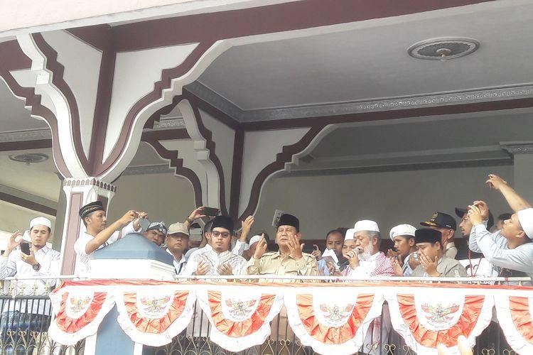 Calon Presiden nomor urut 02 Prabowo Subianto saat bersilaturahmi di kediaman Ulama Banten Abuya Murtadho di Kecamatan Cadasari, Kabupaten Pandeglang, Sabtu (16/3/2019)