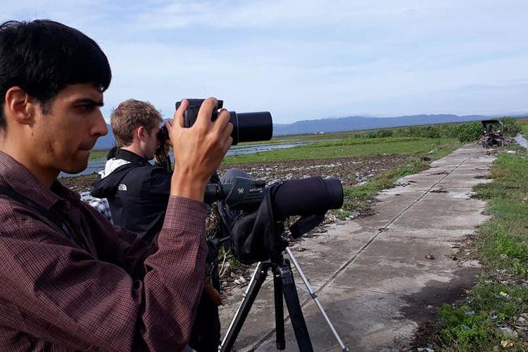 Erick Gulson, peneliti burung dari Amerika Serikat, saat melakukan pengamatan burung di Danau Limboto, Gorontalo.