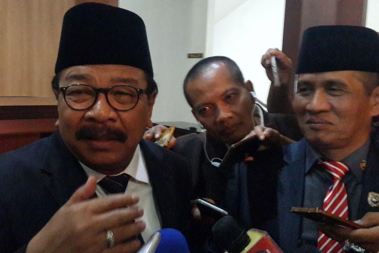 Gubernur Jawa Timur, Soekarwo atau Pakde Karwo saat diwawancara usai menghadiri Rapat Paripurna Istimewa Pelantikan Anggota DPRD Kota Malang, Senin (10/9/2018)