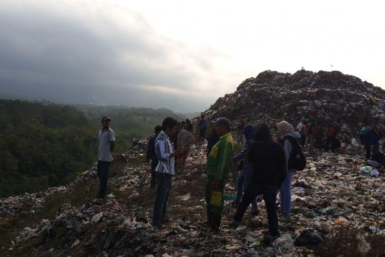 Seorang pemulung bernama Agus Sujarno hilang pasca tertimbun longsoran sampah di TPA Supit Urang, Kota Malang, Rabu (11/7/2018).