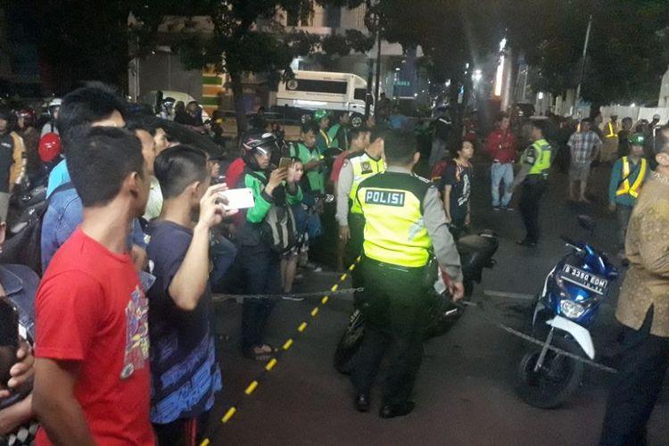 Masyarakat menonton insiden jatuhnya parapet di Kebayoran Baru, Jakarta Selatan, Jumat (3/11/2017).