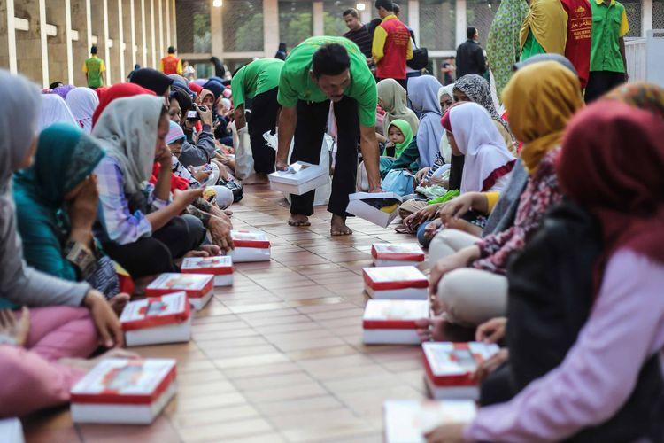 Umat muslim berkumpul untuk menunggu waktu berbuka puasa di Masjid Istiqlal, Jakarta Pusat, Selasa (7/5/2019). Masjid Istiqlal menyiapkan 2.000 - 4.000 takjil setiap hari selama Ramadhan 1440 H.