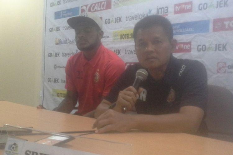 Hartono Ruslan bersama Marcho Sandy saat beri keterangan pers di kepada media di Stadion Gelora Sriwijaya, Jumat (6/10/2017) sore.