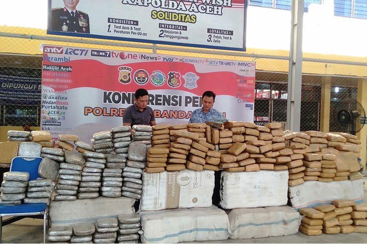 Polresta Banda Aceh menggagalkan upaya penyelundupan 1 ton ganja kering dengan tujuan Jakarta. Polisi juga berhasil meringkus tiga orang tersangka dalam upaya penyelundupan ini, Kamis (23/5/2019).