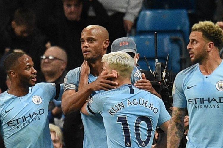 Raheem Sterling, Sergio Aguero, dan Kylie Walker merayakan gol Vincent Kompany pada laga Manchester City vs Leicester City dalam lanjutan Liga Inggris di Stadion Etihad, 6 Mei 2019.