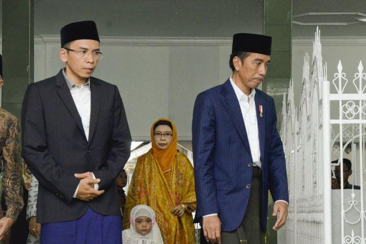 Presiden Joko Widodo (kanan) didampingi Gubernur NTB, TGB Zainul Majdi (kiri) berziarah di makam Pahlawan Nasional Maulana Syekh TGKH Muhammad Zainuddin Abdul Majid di Ponpes NW Pancor, Lombok Timur, NTB, Kamis (23/11). Selain berziarah, Presiden Joko Widodo juga dijadwalkan akan membuka Munas Alim Ulama NU dan Konbes PBNU di Islamic Center NTB yang dihadiri oleh 1000 ulama se-Indonesia. ANTARA FOTO/Ahmad Subaidi/pras/17.