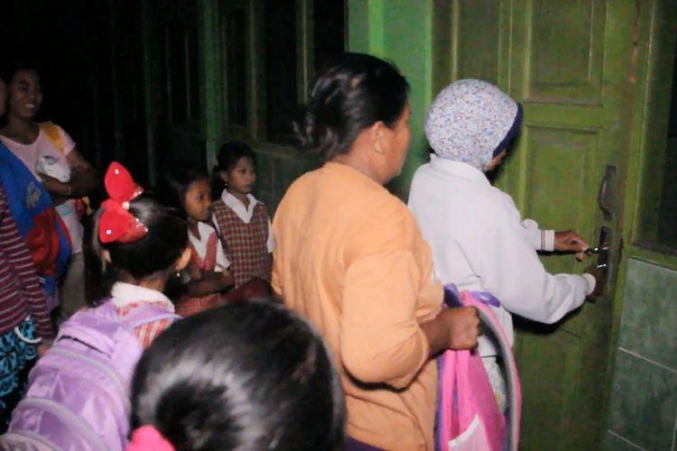 Sejulamlah orang tua bersama anaknya mengantre di depan pintu kelas sejak subuh di depan kelas SDN 2 Pangkalan, Plered, Cirebon, Jawa Barat (17/7/2017). Sesaat setelah petugas sekolah membuka pintu, mereka langsung masuk dan berebut meja bangku belajar urutan terdepan.