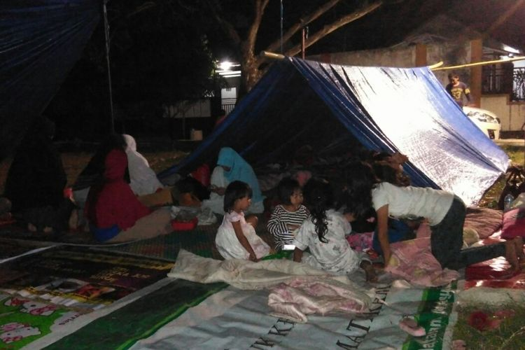Trauma gempa susulan, warga memilih bermalam di tenda darurat.