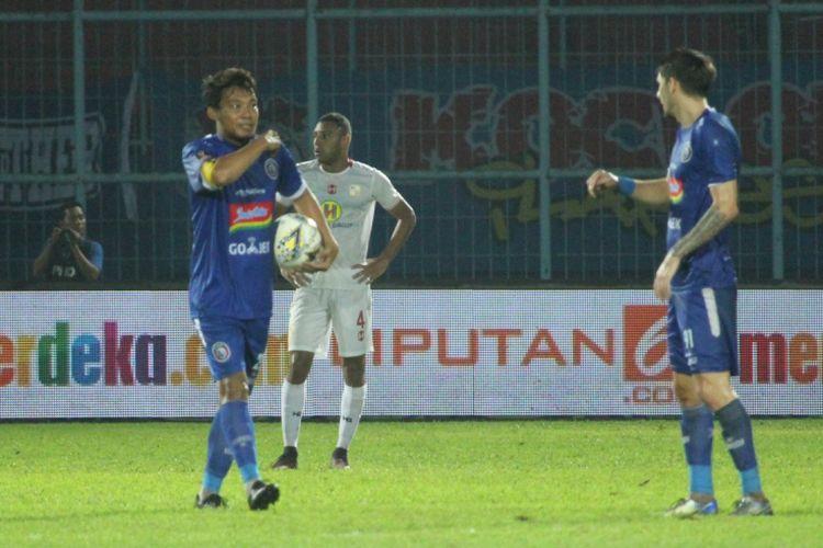 Kapten tim Arema FC Hamka Hamzah dalam pertandingan lawan Barito Putera di Stadion Kanjuruhan, Kabupaten Malang, Senin (4/3/2019)