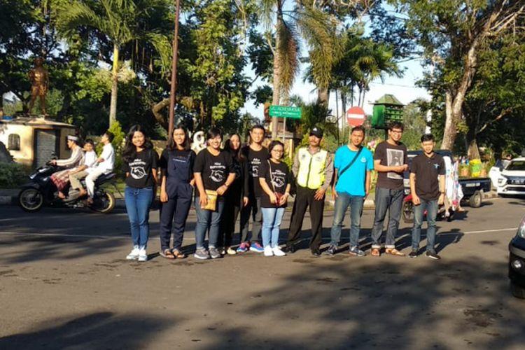 Belasan pemuda mengenakan kaos hitam berkerah bundar tampak memang tidak menyolok di tengah kerumunan manusia yang sedang berjalan menuju Alun-alun Kota Wates di Kabupaten Kulon Progo, Yogyakarta.
