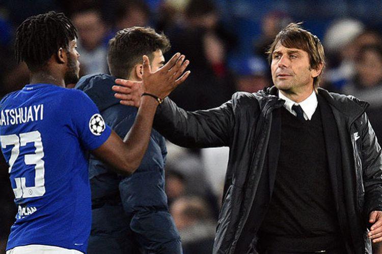 Striker Chelsea, Michy Batshuayi (kiri), disambut pelatih Antonio Conte usai laga melawan Atletico Madrid dalam laga Grup C Liga Champions di Stadion Stamford Bridge, London, pada 5 Desember 2017.