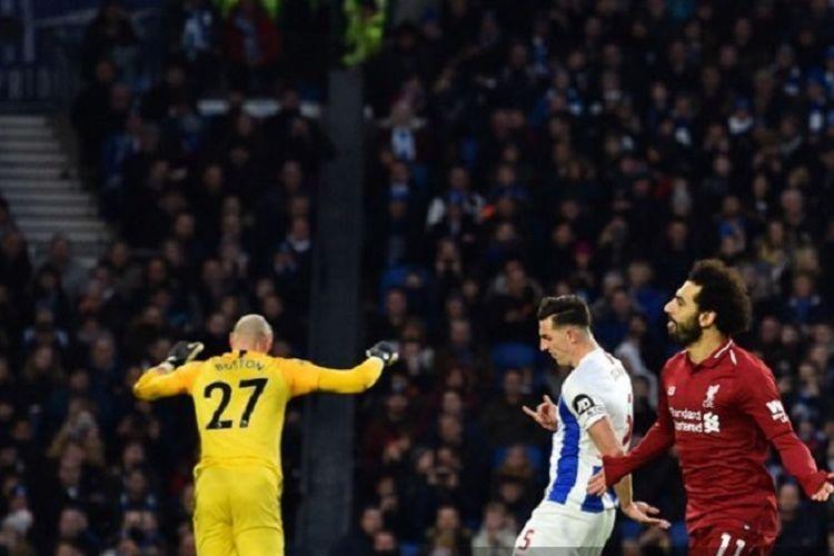 Penyerang Liverpool asal Mesir, Mohamed Salah (kanan), berselebrasi setelah mencetak gol pembuka lewat titik penalti dalam pertandingan Liga Premier Inggris melawan Brighton & Hove Albion di Stadion American Express Community di Brighton, Inggris, pada 12 Januari 2019.