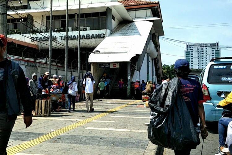 Pintu masuk Stasiun Tanah Abang, Jakarta Pusat, Senin (30/10/2017).