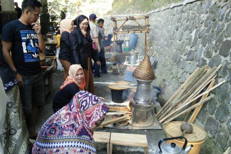 Pemerintah Kabupaten Purwakarta melestarikan kekayaan kuliner dan budaya memasak tradisional dengan menggelar lomba ngejo (menanak nasi) di Kecamatan Wanayasa, Kamis (24/8/2017)