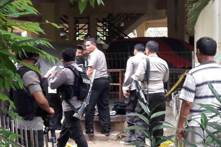 Polisi dan tim Gegana mengecek tas mencurigakan milik seorang siswa SD yang bolos sekolah di Komplek Polri Satwal Protokol, Ciracas, Jakarta Timur, Senin (12/2/018)