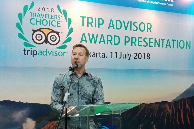 President, Flights and Cruise Trip Advisor, Bryan Saltzburg memberikan penghagaan Travelers Choice Award 2018 kepada Garuda Indonesia dan Citilink, di Jakarta, Rabu (11/7/2018).