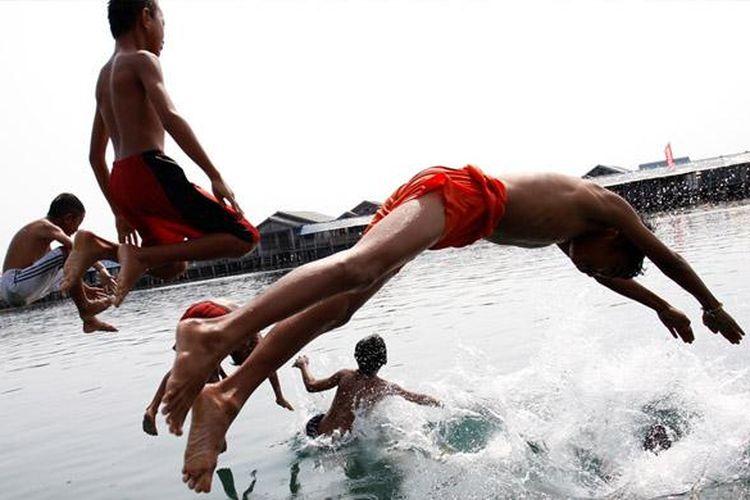 Anak-anak Suku Bajo tidak bisa lepas dari kehidupan di laut.