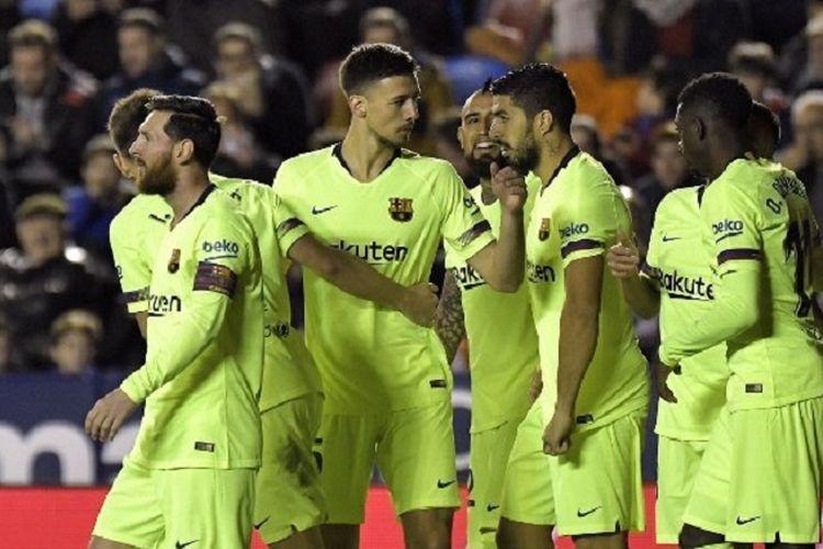 Para pemain Barcelona merayakan gol Lionel Messi ke gawang Levante pada pertandingan La Liga Spanyol di Stadion Ciutat de Valencia, 16 Desember 2018.
