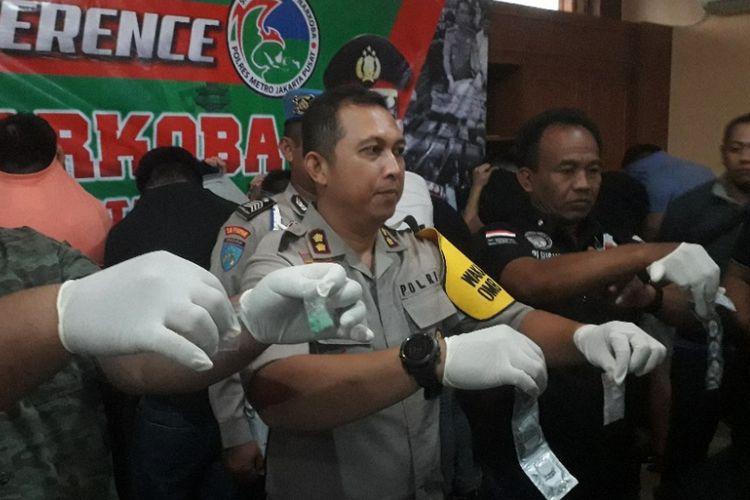 Polisi memamerkan sejumlah barang bukti terkait penangkapan 23 pria yang sedang berpesta narkoba di Sunter, Jakarta, Minggu (30/9/2018).