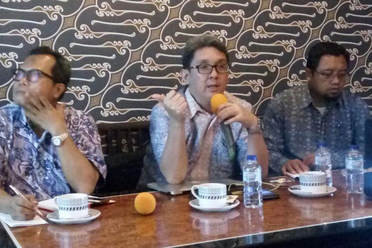 Berly Martawardaya (tengah), dosen ekonomi energi dan sumberdaya mineral FE-UI dan Direktur Program Indef, didampingi moderator Wakil Pemimpin Redaksi Dunia Energi Lili Hermawan (kiri) dan Ali Ahmudi, peneliti Center for Energy and Food Security Studies (CEFSS).