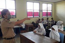 Hari Pertama Masuk Sekolah, Murid Disambut Angklung hingga Bersihkan Debu Proyek Tol