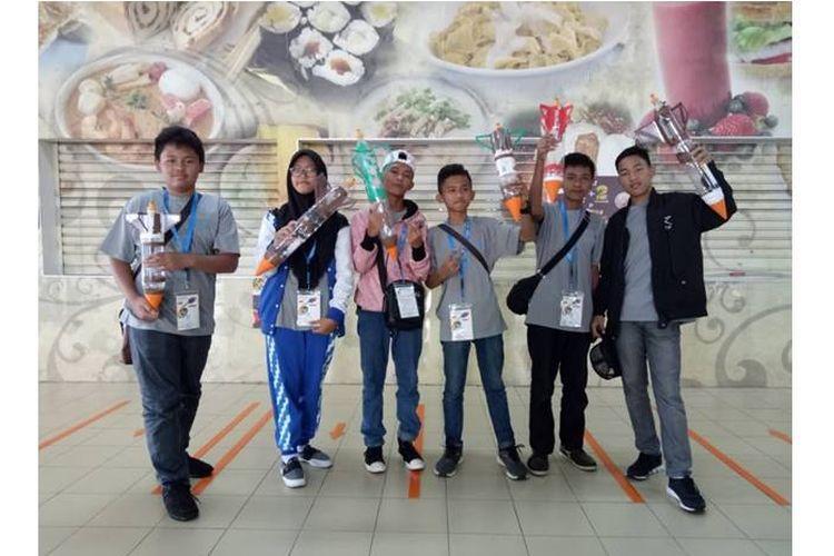 Keenam delegasi dari Indonesia dalam perlombaan roket air di ajang APRSAF ke-25.