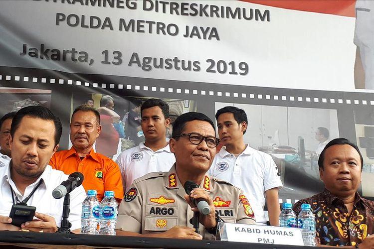 Polisi menampilkan seorang tersangka penipuan perekrutan calon pegawai negeri sipil (CPNS) berinisial HM alias Bima dalam konferensi pers di Polda Metro Jaya, Jakarta Selatan, Selasa (13/8/2019).