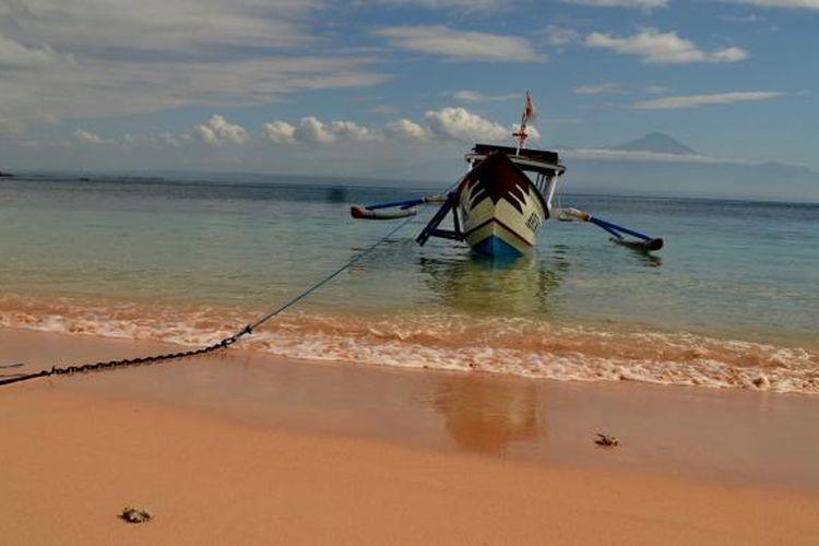 Pantai Tangsi atau Pantai Pink di Kecamatan Jerowaru, Lombok Timur, Nusa Tenggara Barat