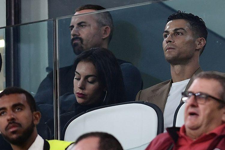 Cristiano Ronaldo (kanan), menyaksikan duel Juventus vs Young Boys dalam laga Grup H Liga Champions di Stadion Allianz, Turin, bersama Georgina Rodriguez, 2 Oktober 2018.